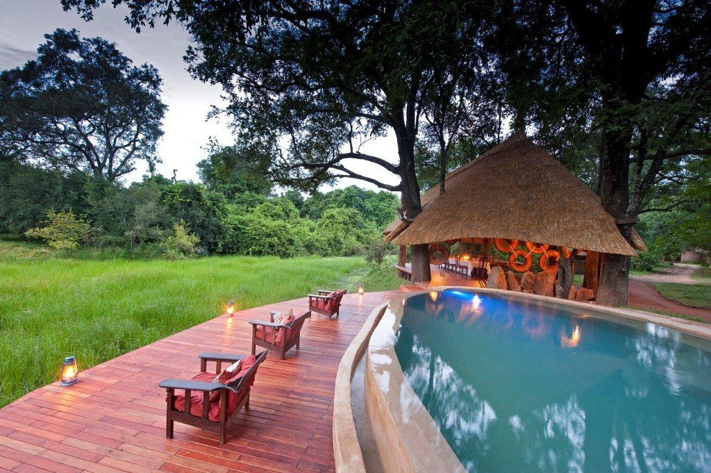 Sambia South Luangwa Nationalpark Nkwali Camp Pool buchbar bei Iwanowski's Reisen - afrika.de