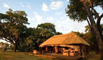 Sambia Mchenja Camp Außenansicht Iwanowskis Reisen - afrika.de