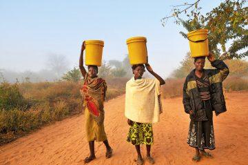 Sambia Wasserträgerinnen Iwanowskis Reisen - afrika.de