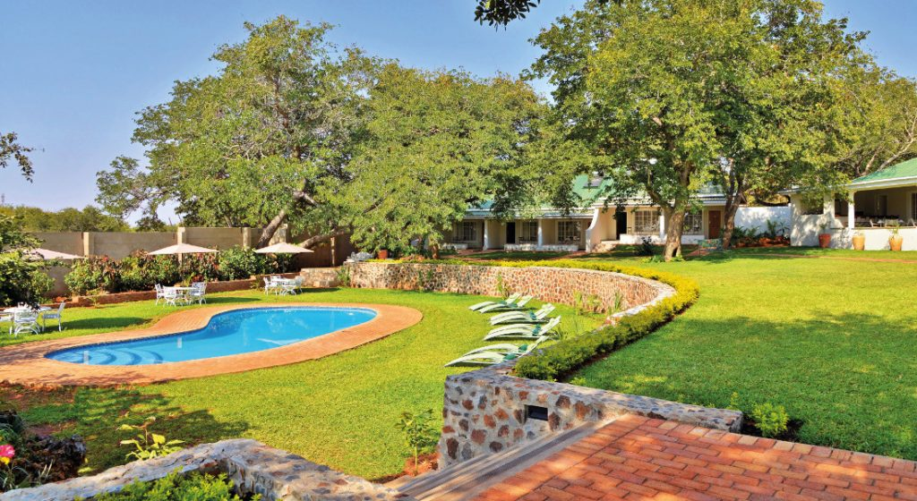 Simbabwe Victoria Falls Batonka Guest Lodge Pool Iwanowskis Reisen - afrika.de