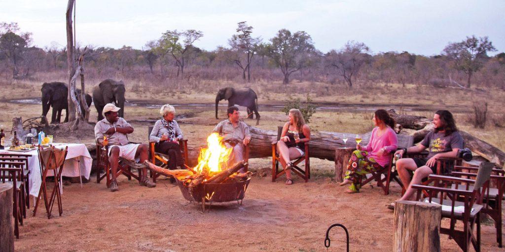 Simbabwe Hwange National Park Khulu Ivory Lodge Feuerstelle Iwanowskis Reisen - afrika.de