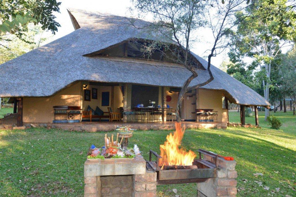 Simbabwe Lokuthula Lodge Aussenansicht Iwanowskis Reisen - afrika.de
