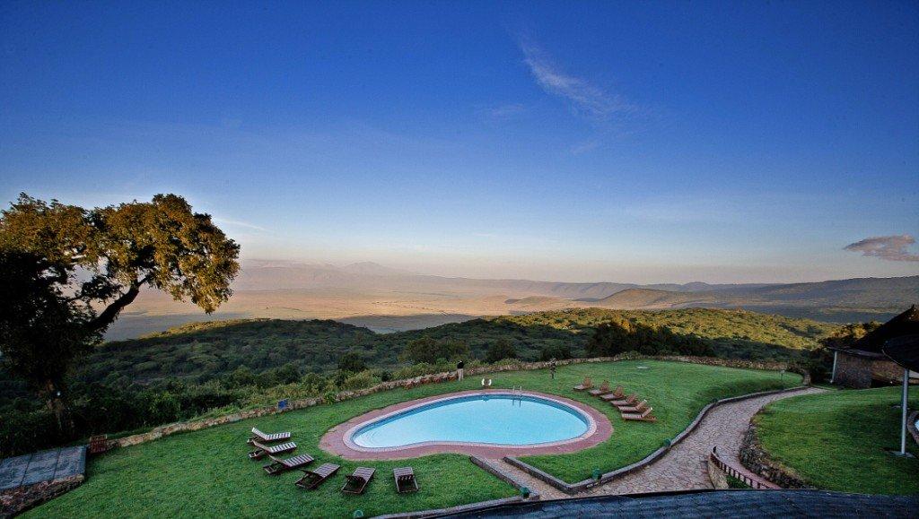 Tansania Ngorongoro Sopa Lodge Pool Iwanowskis Reisen - afrika.de