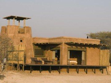Namibia, Onguma Game Reserve, The Fort, Außenansicht - afrika.de