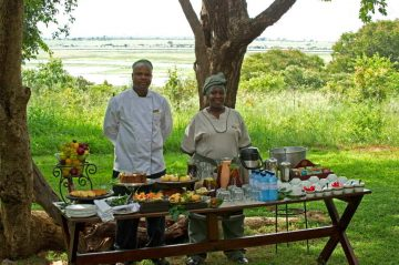 Sanctuary Chobe Chilwero Lodge Teatime im Garten - afrika.de Iwanowskis Individuelles Reisen