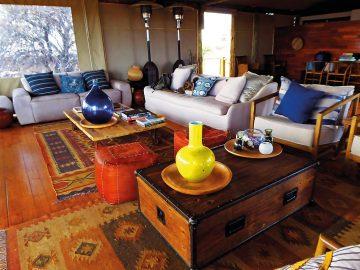 Botswana Kgalagadi Transfrontier Park Polentswa Lodge Lounge Iwanowski's Reisen - afrika.de
