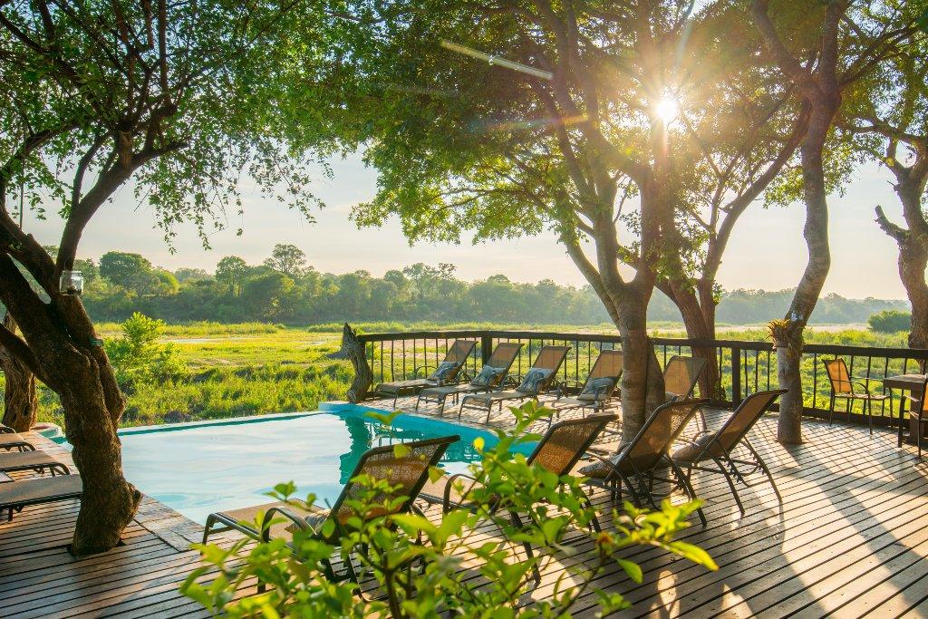 Südafrika Sabie Sands Umkumbe Safari Lodge Pool Terrasse Iwanowskis Reisen - afrika.de
