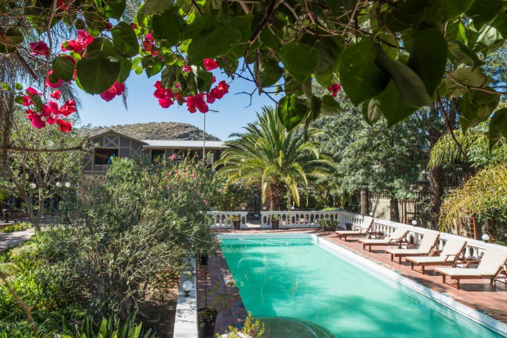 Namibia Windhoek Utopia Boutique Hotel Pool Iwanowskis Reisen - afrika.de