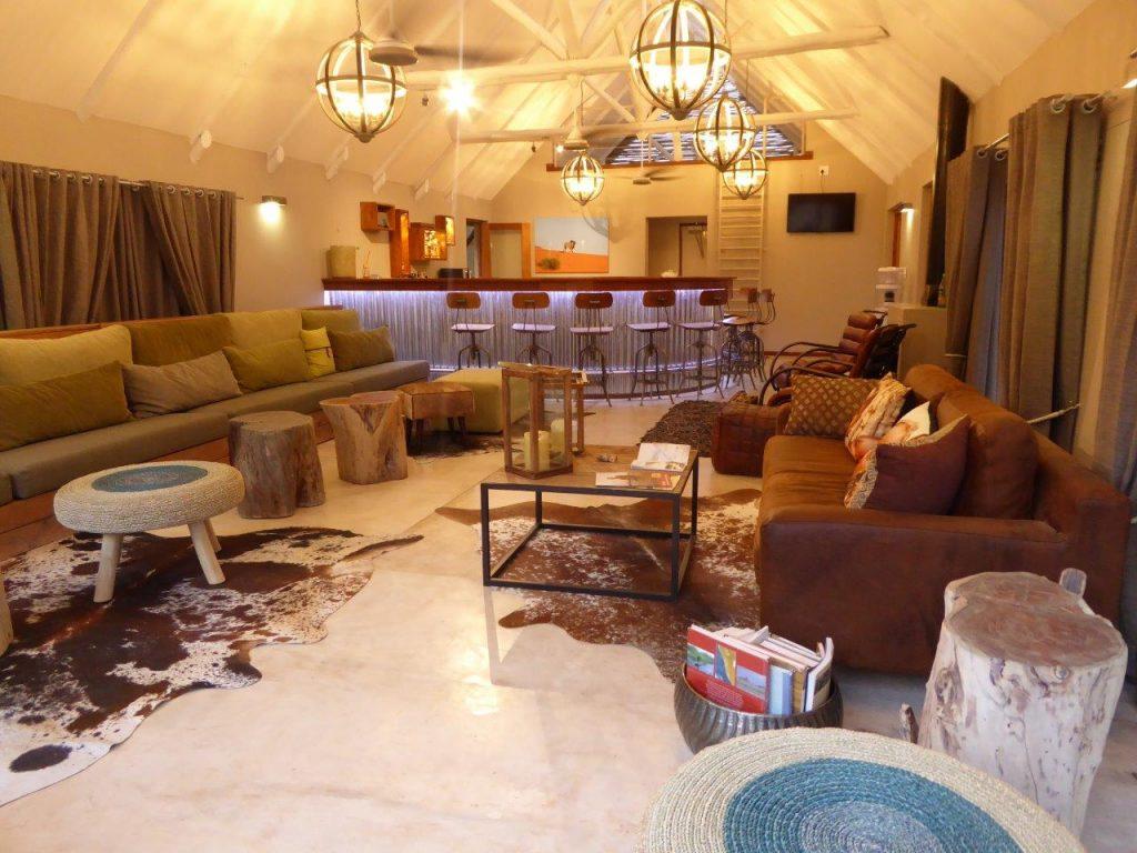 Namibia Kalahari Wüste Kalahari Game Lodge Lounge Iwanowskis Reisen - afrika.de