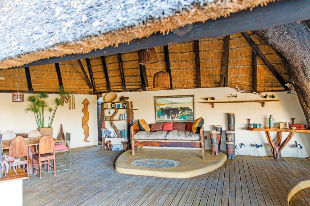 Botswana Okavango Delta Nxamaseri Lodge Lounge Iwanowskis Reisen - afrika.de