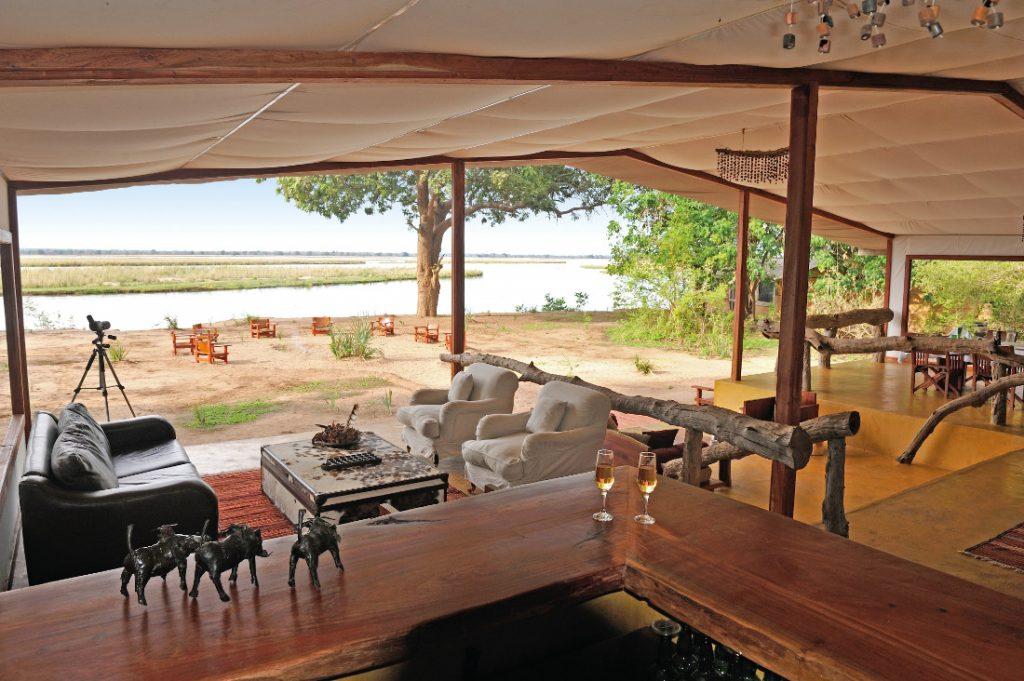 Sambia Lower Zambezi National Park Potato Bush Camp Lounge Iwanowskis Reisen - afrika.de