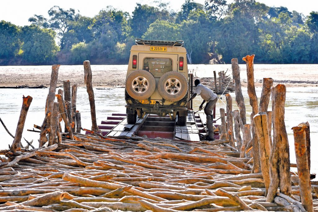 Sambia Flussdurchquerung Luangwa Fluss Iwanowskis Reisen - afrika.de