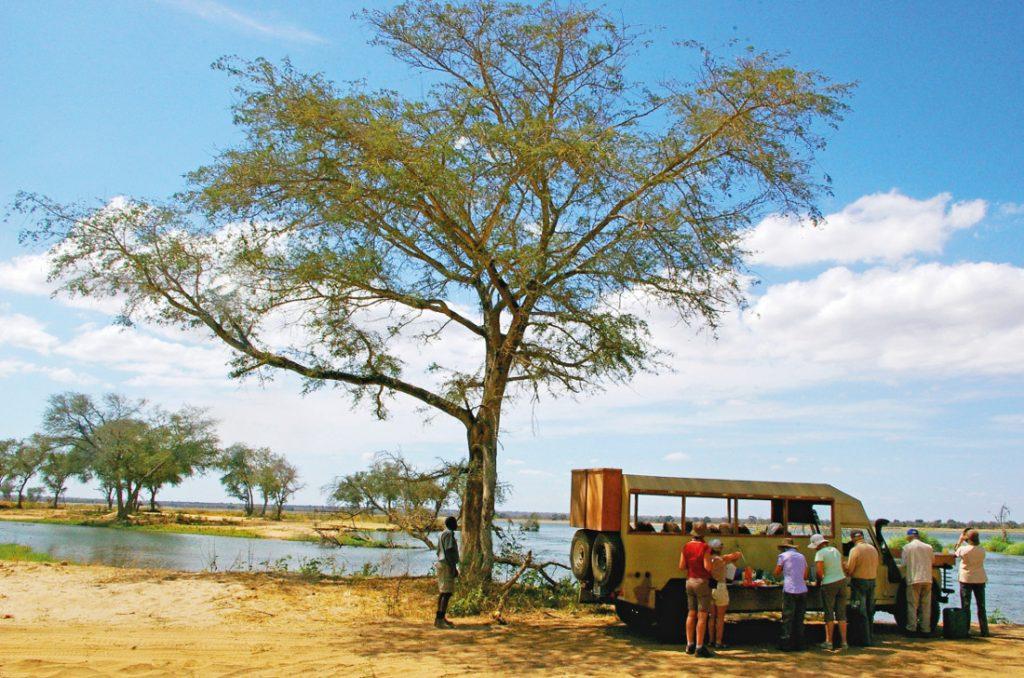 Sambia Lower Zambezi National Park Mittagsrast Iwanowskis Reisen - afrika.de