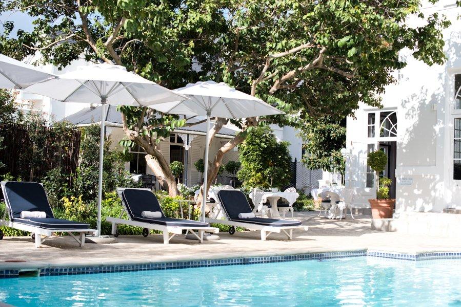 Südafrika Stellenbosch River Manor Boutique Hotel Pool Garten Iwanowskis Reisen - afrika.de