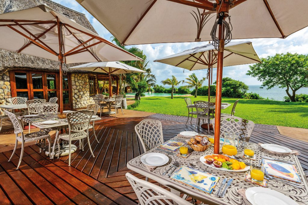 Mosambik Vilanculos Bahia Mar Boutique Hotel Frühstück Terrasse Iwanowskis Reisen - afrika.de