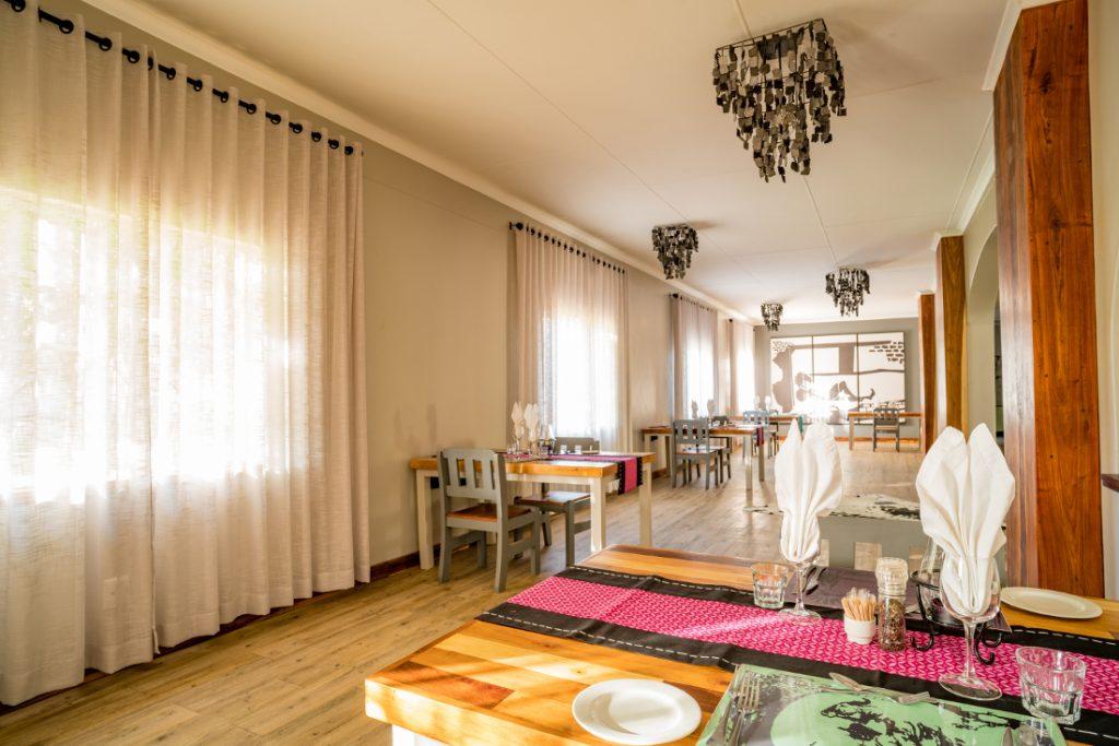 Namibia Khorixas Damara Mopane Lodge Restaurant Iwanowskis Reisen - afrika.de