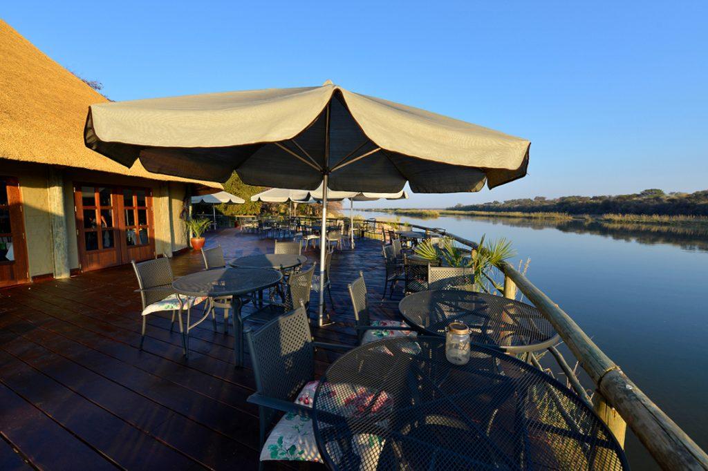 Namibia Rundu Hakusember River Lodge Terrasse Iwanowskis Reisen - afrika.de