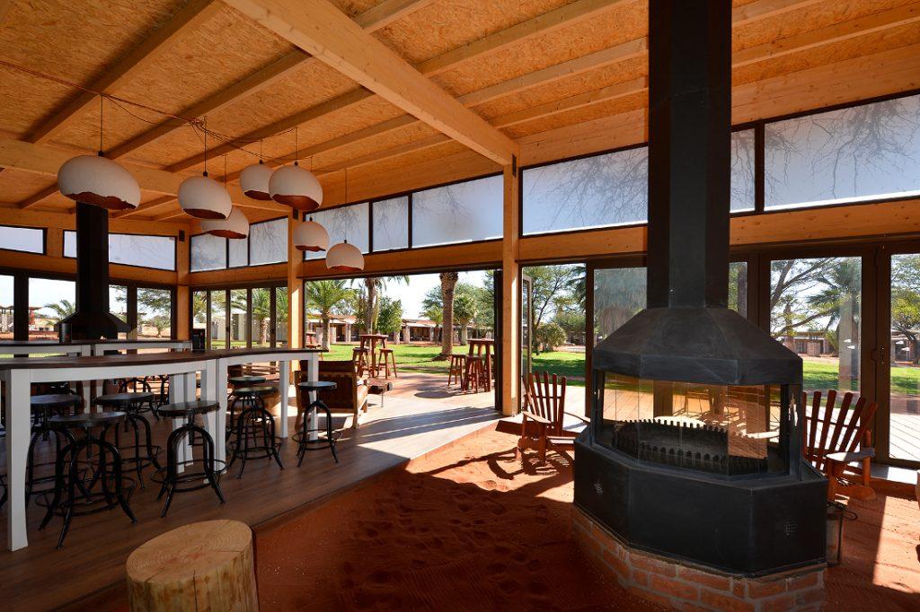 Namibia Kalahari Anib Lodge Bar Terrasse Iwanowskis Reisen - afrika.de