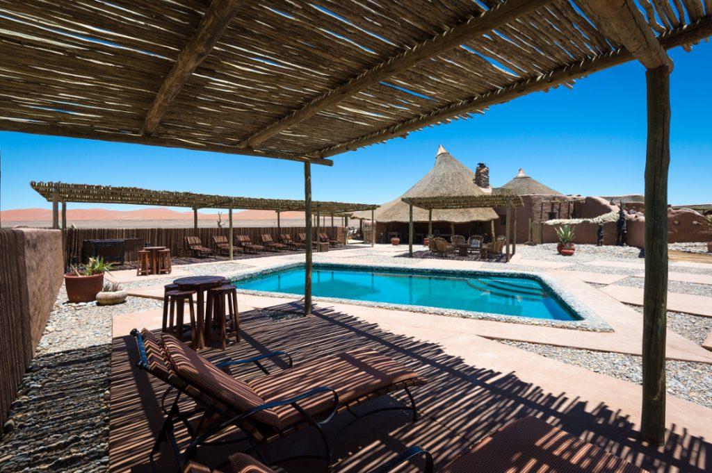 Namibia Sossusvlei Kulala Desert Lodge Pool Iwanowskis Reisen - afrika.de