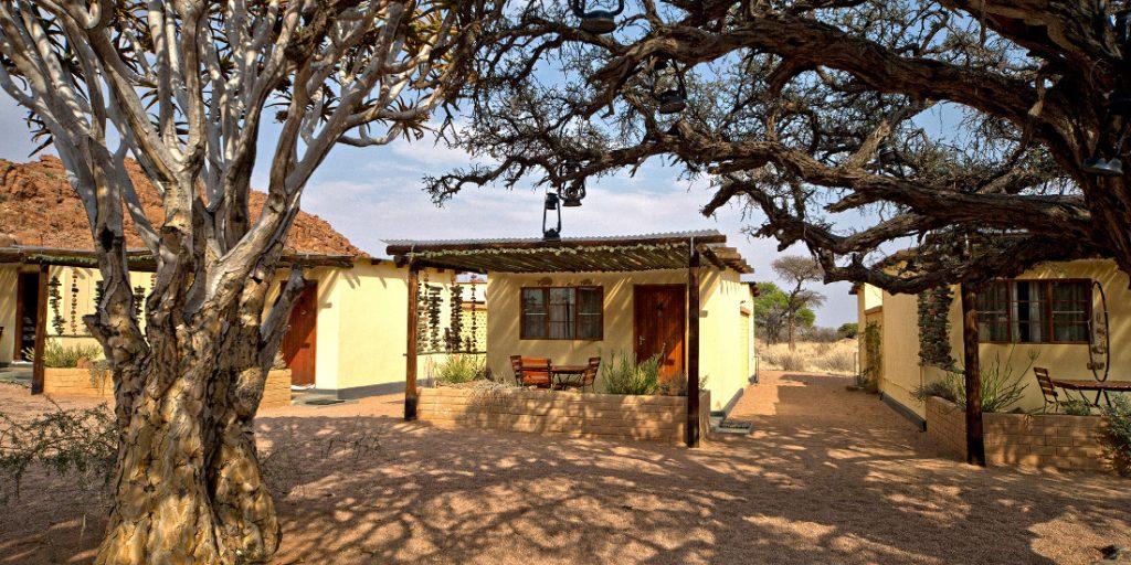 Namibia Tirasberge Namtib Desert Lodge Bungalows Iwanowskis Reisen - afrika.de