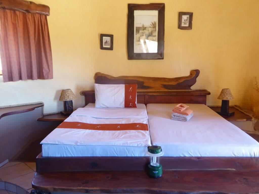 Namibia Tirasberge Ranch Koiimasis Fest Inn Fels Zimmer Iwanowskis Reisen - afrika.de