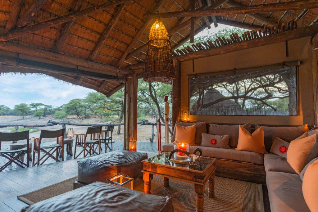 Namibia Etosha Onguma Tree Top Camp Lounge Iwanowskis Reisen - afrika.de