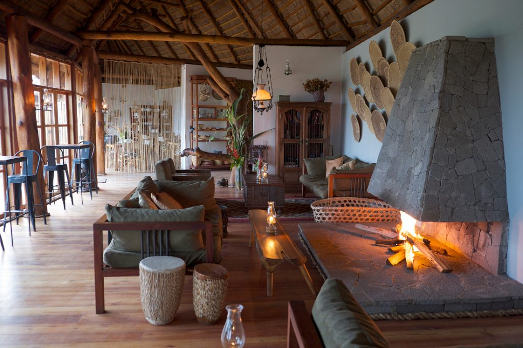 Uganda Kibale National Park Papaya Lake Lodge Lounge Iwanowskis Reisen - afrika.de