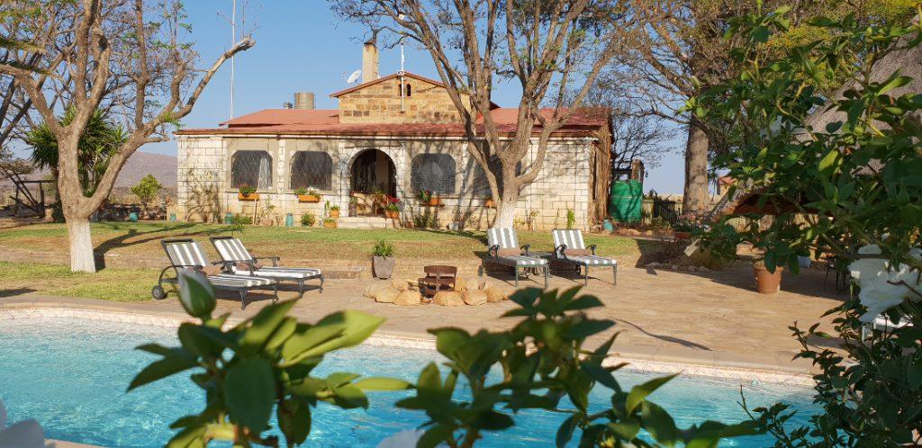 Namibia nahe Windhoek Gästefarm Voigtland Pool Iwanowskis Reisen - afrika.de