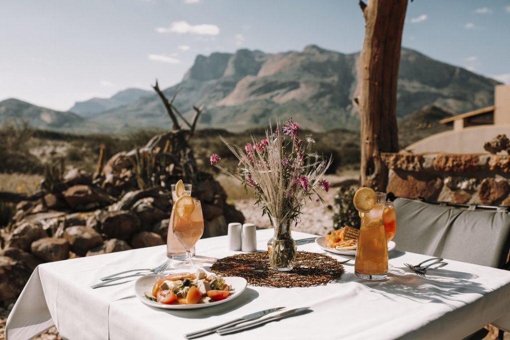 Namibia Erongo Gebirge Hohenstein Lodge Terrasse Iwanowskis Reisen - afrika.de