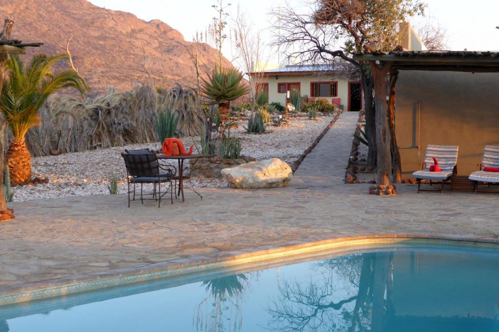 Namibia Erongo Gebirge Hohenstein Lodge Pool Iwanowskis Reisen - afrika.de