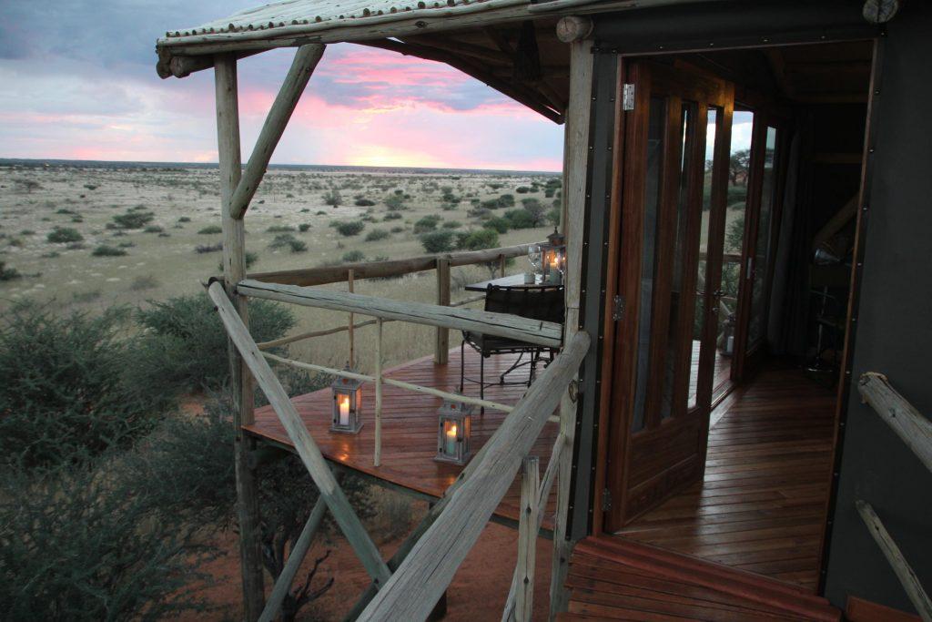 Namibia Kalahari Teufelskrallen Tented Lodge Ausblick Iwanowskis Reisen - afrika.de
