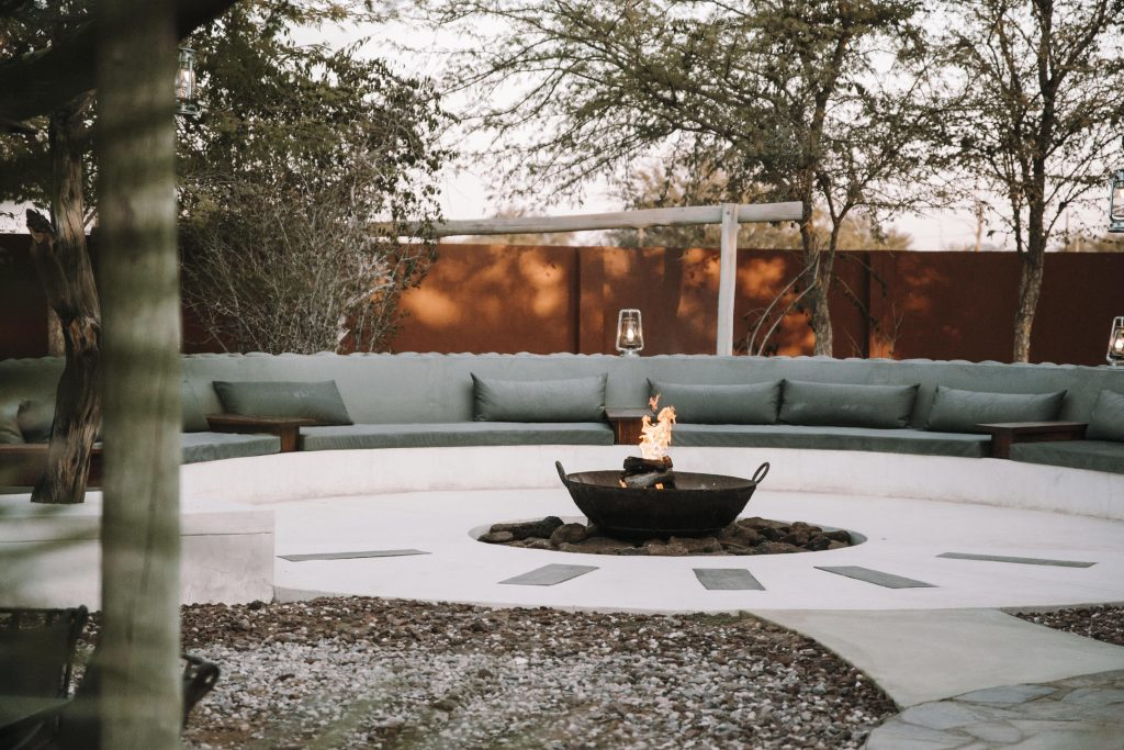 Namibia Kalahari Teufelskrallen Lodge Feuerstelle Iwanowskis Reisen - afrika.de