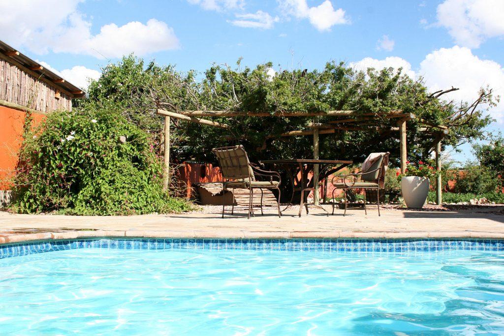 Namibia Kalahari Teufelskrallen Lodge Pool Iwanowskis Reisen - afrika.de