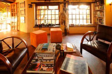 Namibia Dordabis Eningu Clayhouse Lodge Bibliothek Iwanowskis Reisen - afrika.de
