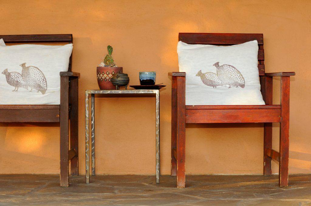 Namibia Dordabis Eningu Clayhouse Lodge Terrasse Iwanowskis Reisen - afrika.de
