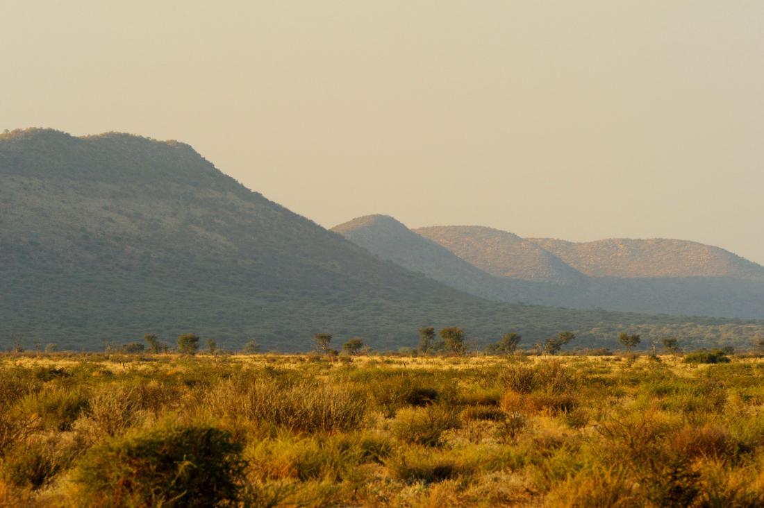 Namibia Dordabis Eningu Clayhouse Lodge Landschaft Umgebung Iwanowskis Reisen - afrika.de
