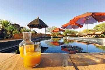 Namibia Dordabis Eningu Clayhouse Lodge Pool Iwanowskis Reisen - afrika.de