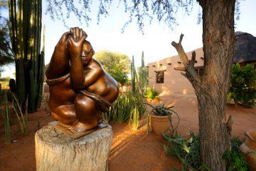 Namibia Dordabis Eningu Clayhouse Lodge Skulptur Dörte Berner Iwanowskis Reisen - afrika.de