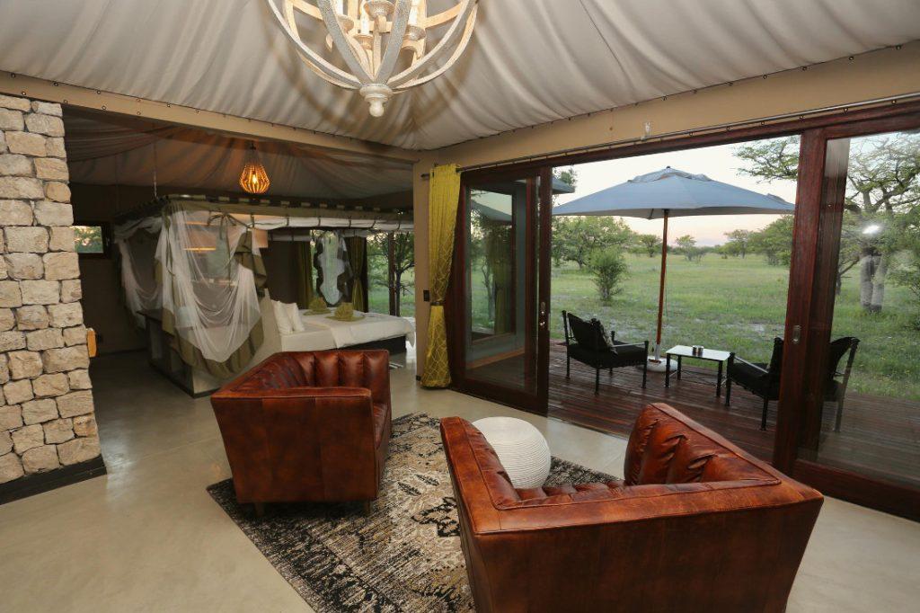 Namibia Etosha Oberland Lodge Bungalow Wohnraum Iwanowskis Reisen - afrika.de