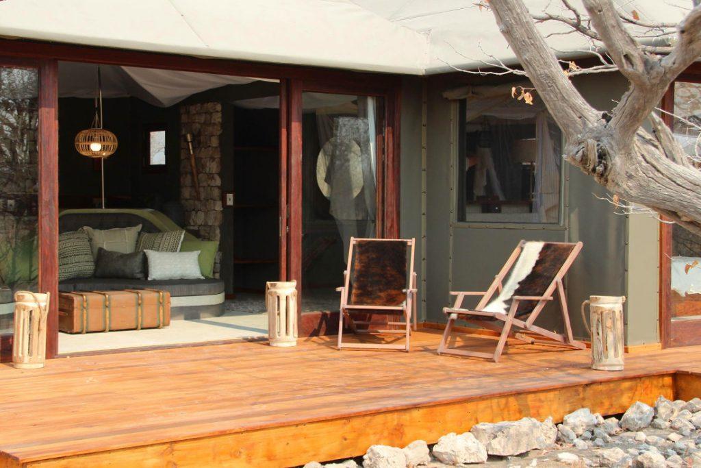 Namibia Etosha Oberland Lodge Bungalow Terrasse Iwanowskis Reisen - afrika.de