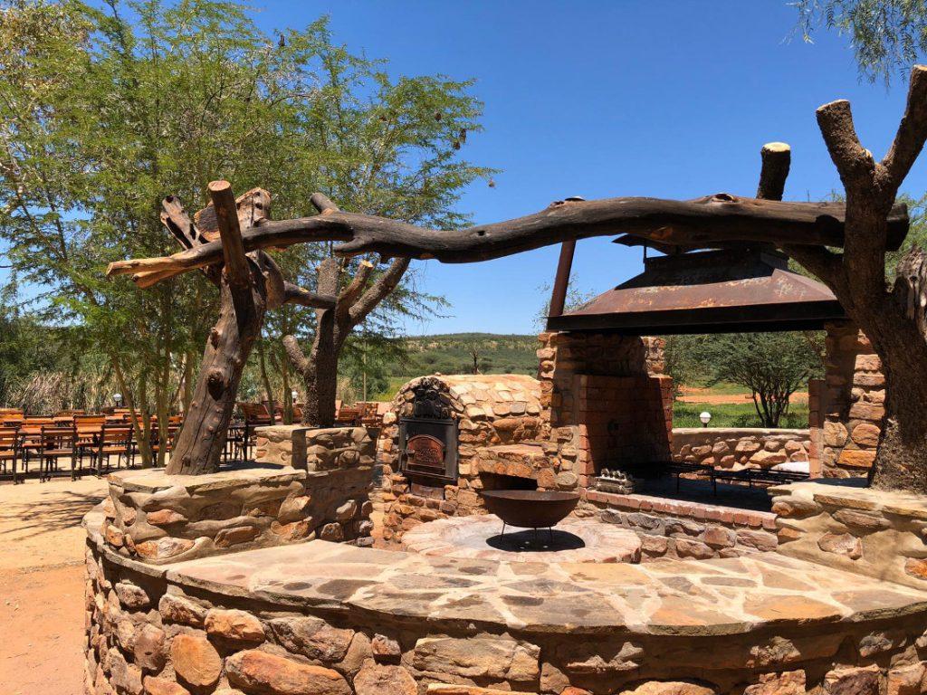 Namibia nahe Windhoek Okambara Elephant Lodge Feuerstelle Iwanowskis Reisen - afrika.de