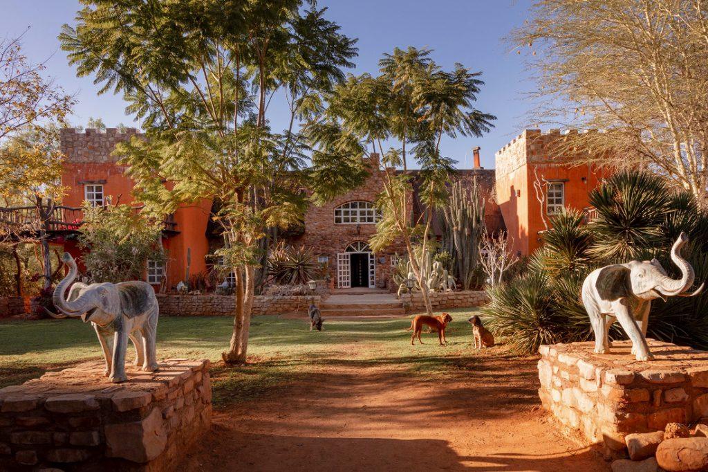 Namibia nahe Windhoek Okambara Elephant Lodge Hauptgebäude Iwanowskis Reisen - afrika.de