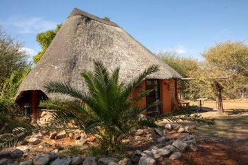 Namibia nahe Windhoek Okambara Elephant Lodge Rondavel Iwanowskis Reisen - afrika.de