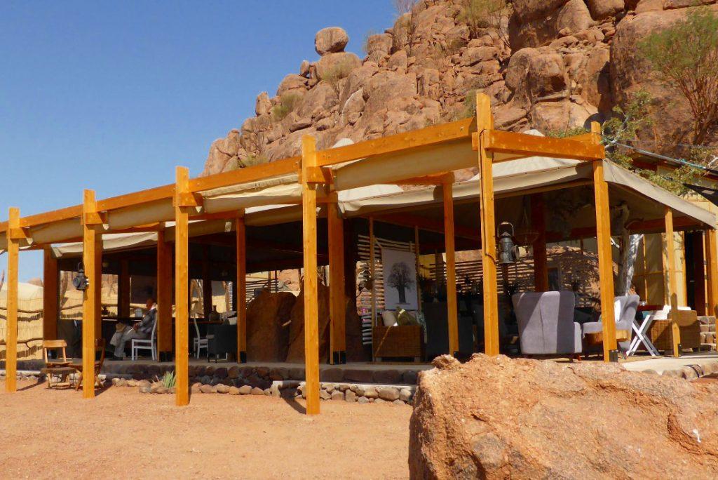 Namibia Twyfelfontein Adventure Camp Restaurantbereich Iwanowskis Reisenen - afrika.de
