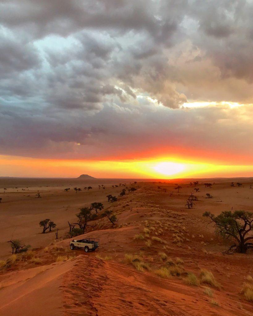Namibia Solitaire Tsondab Valley Lodge Sundowner Fahrt Iwanowskis Reisen - afrika.de