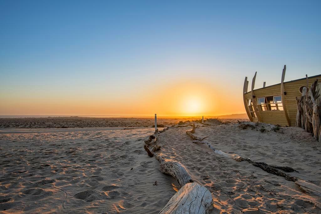 Namibia Skeleton Coast Park Shipwreck Lodge Sonnenuntergang Iwanowskis Reisen - afrika.de