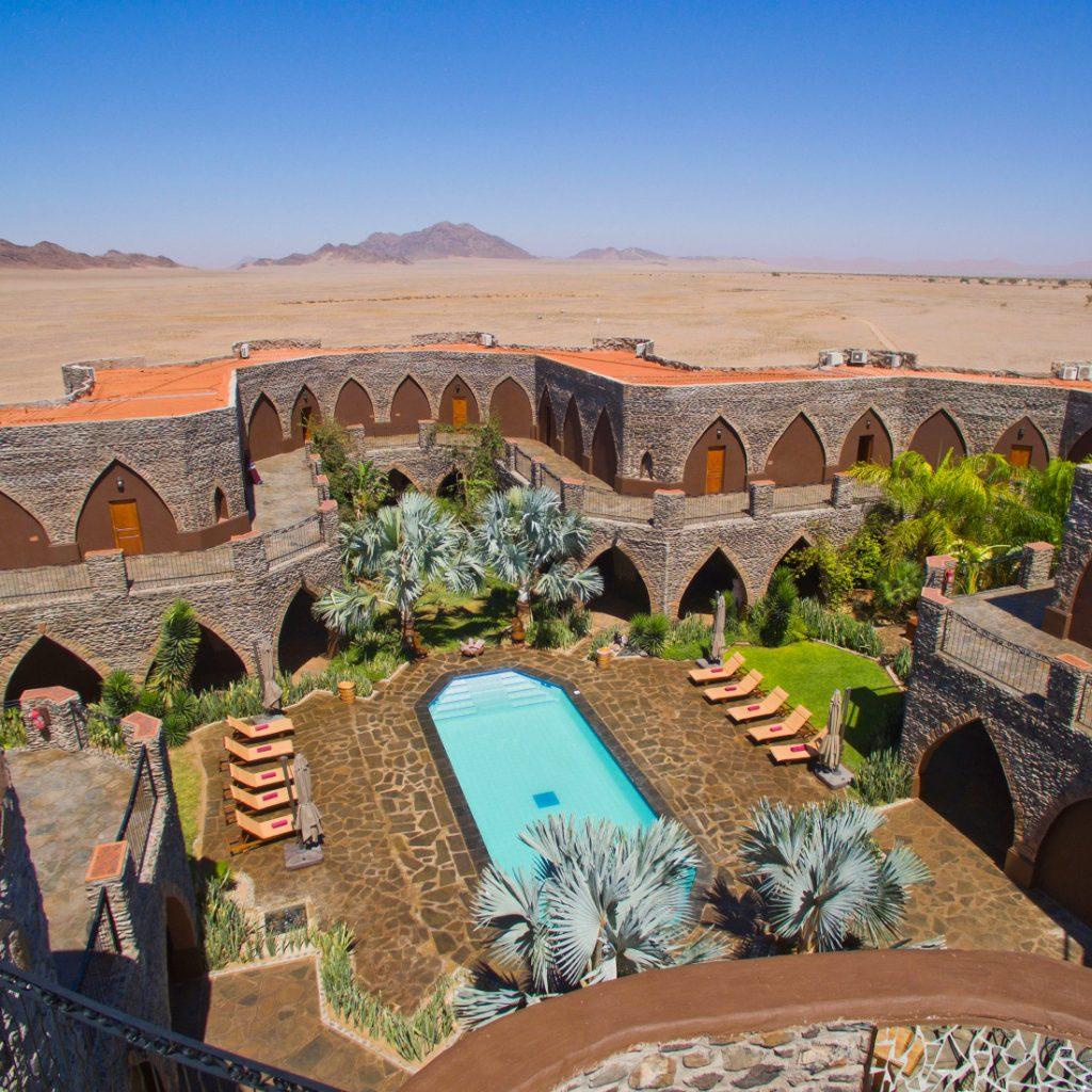 Namibia Sesriem Le Mirage Desert Lodge Innenhof Iwanowskis Reisen - afrika.de