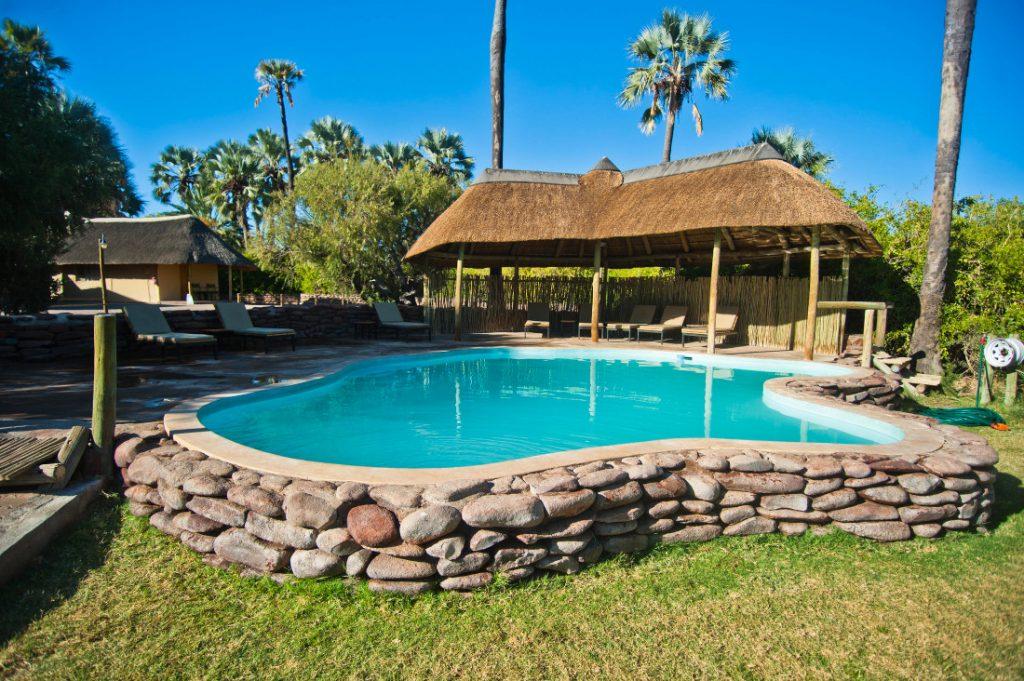 Namibia Palmwag Lodge Pool Iwanowskis Reisen - afrika.de