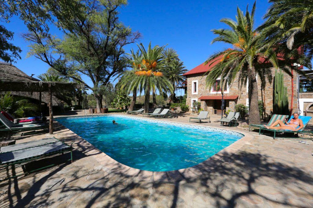 Namibia Windhoek Düsternbrook Gästefarm Pool Iwanowskis Reisen - afrika.de