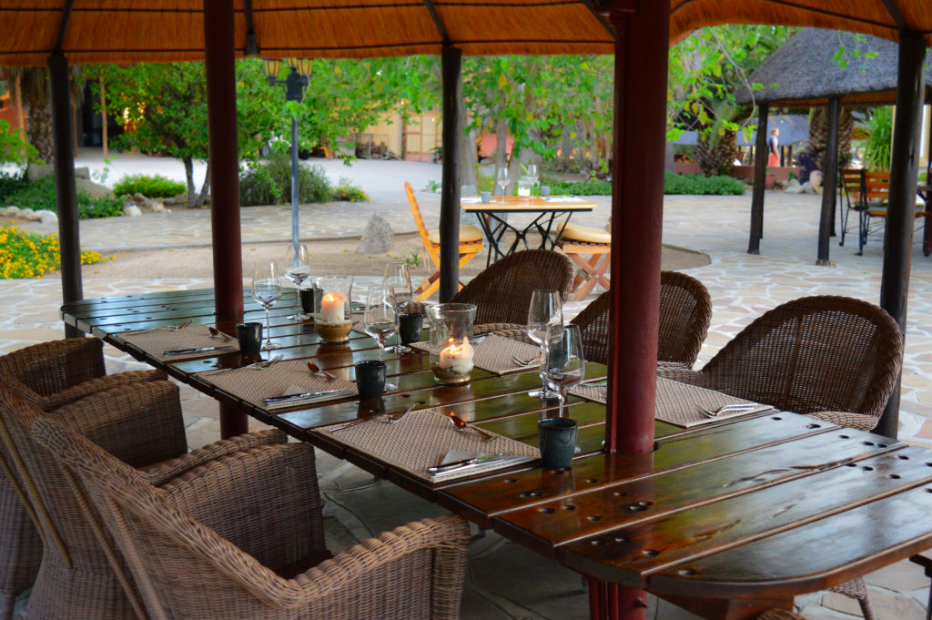 Namibia Omaruru Onduruquea Lodge Abendessen Iwanowskis Reisen - afrika.de